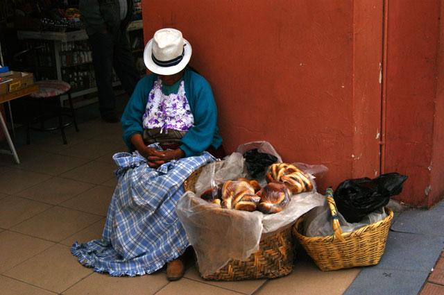 24.Chola-cuencana-en-siesta