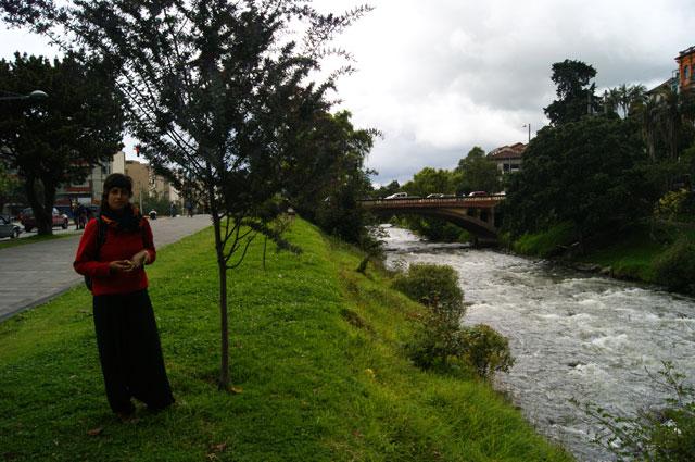 25.Eli-junto-al-Rio-Tomebamba