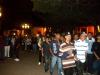 Chavos girando por la plaza