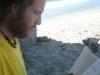 10B. Ale leyendo en la playa
