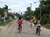 02. Garifunas en bicicleta por Dangriga