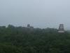 Zona arqueologica Tikal con lluvia