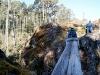17. Eli cruzando un puentecito de troncos