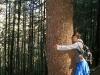 18. Eli abrazando a un gran pino