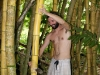 31. Eric cortando bambu