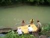 32. Metiendo la balsa al rio
