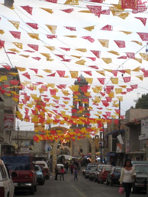 04. banderines adornan las calles