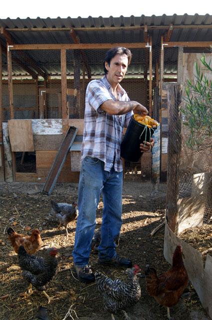 18. Pablo alimentando a las gallinas