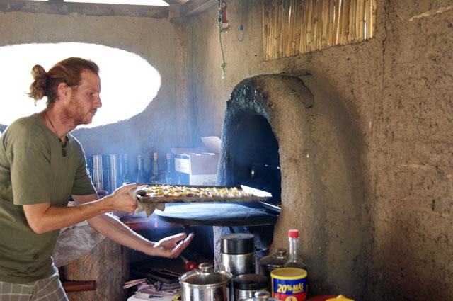 23. Ale haciendo pizzas en horno de barro