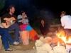 Noche de fogata con otros viajeros